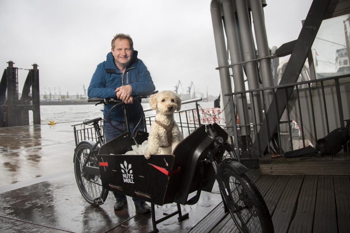 Jens Kerstan mit Lastenrad und Hund