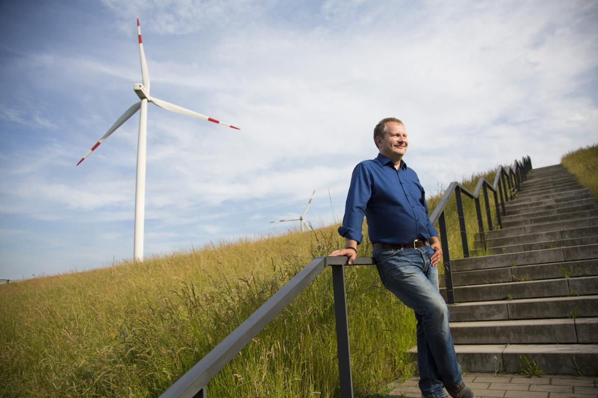 Jens Kerstan am Energieberg vor Windrad