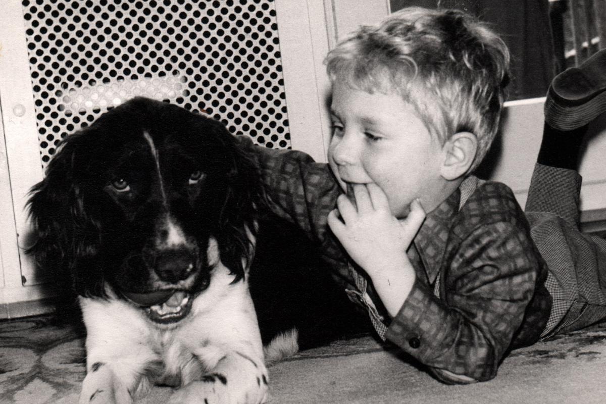 Schwarz-Weiß-Foto von Jens Kerstan als Kind mit seinem Hund Frisco