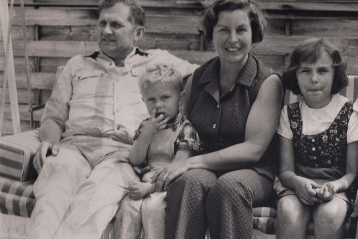 Schwarz-Weiß-Foto von Jens Kerstan als Kind mit seiner Familie auf einer Bank