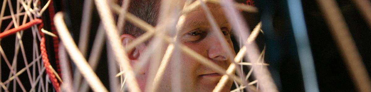 Nahaufnahme Jens Kerstan, vor und hinter ihm gespannte Seile